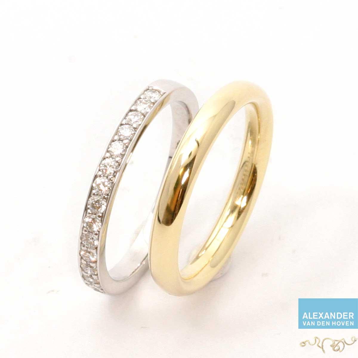 Gouden gladde trouwring met witgouden alliance ring