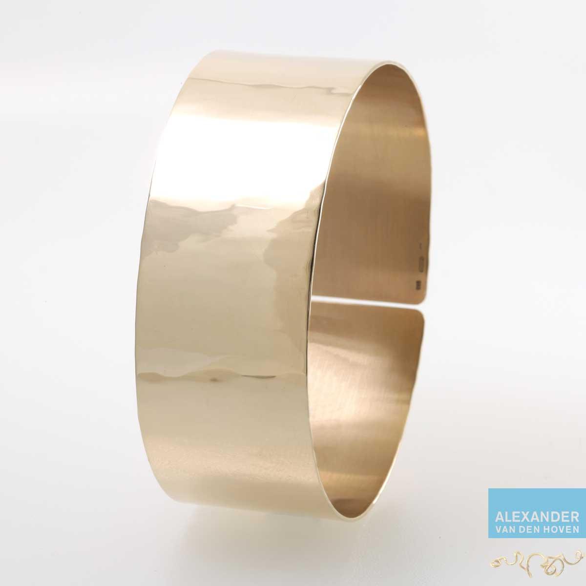 Brede gouden armband met hamerslag