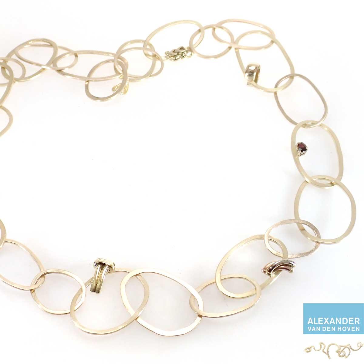 Gouden collier gemaakt van oude sieraden
