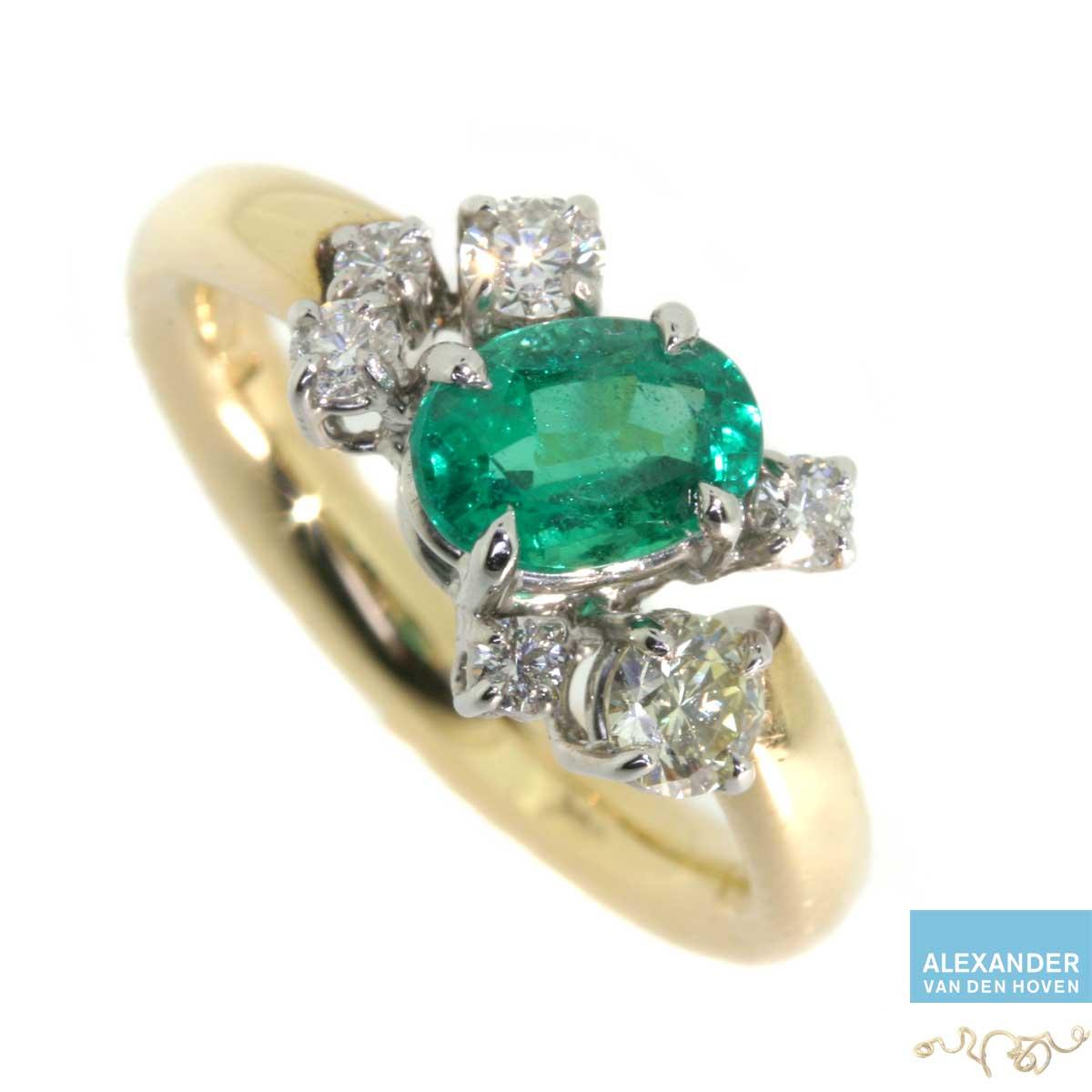 Gouden ring met Platina chatons en Diamanten en Smaragd