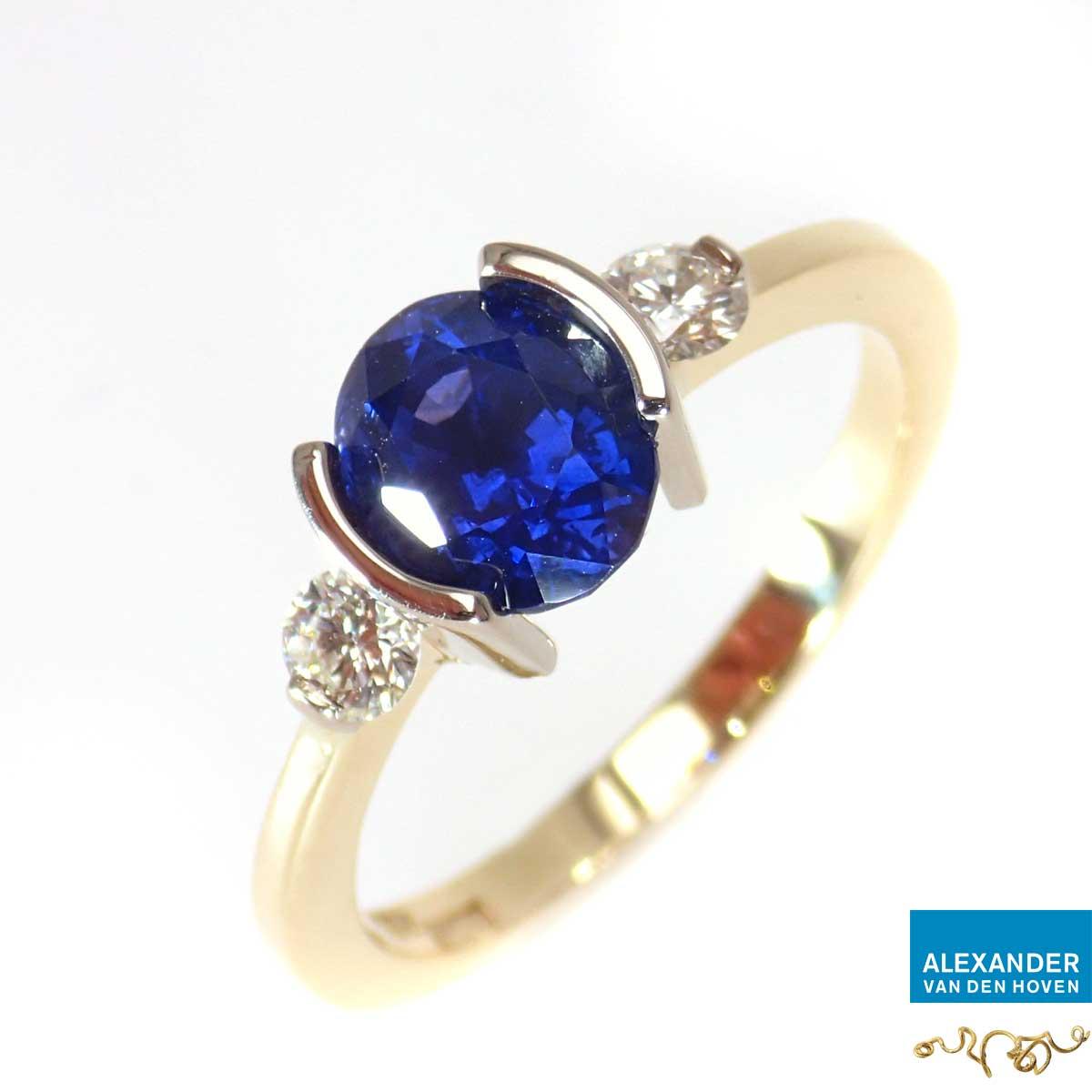 Gouden ring met blauwe Saffier en diamanten
