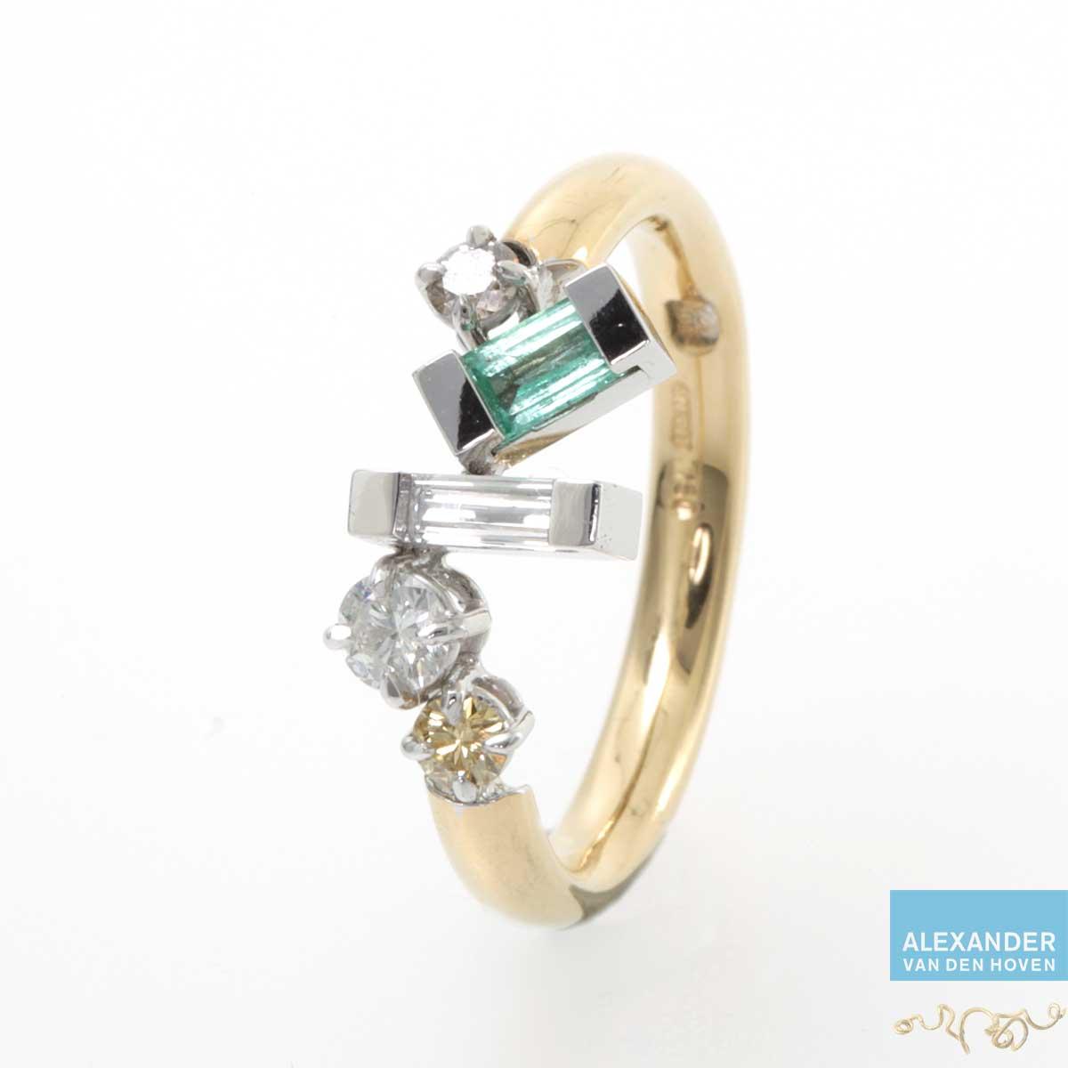 Gouden ring met gestrooide Diamanten en Smaragd