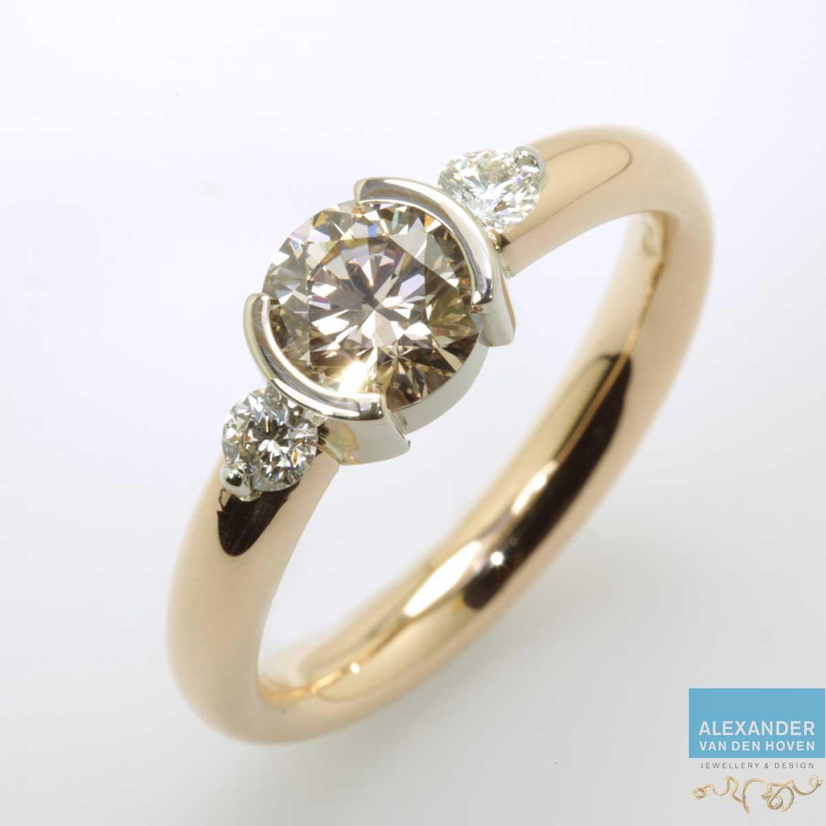 Gouden ring met grote bruine Diamant 2 kleinere Diamanten
