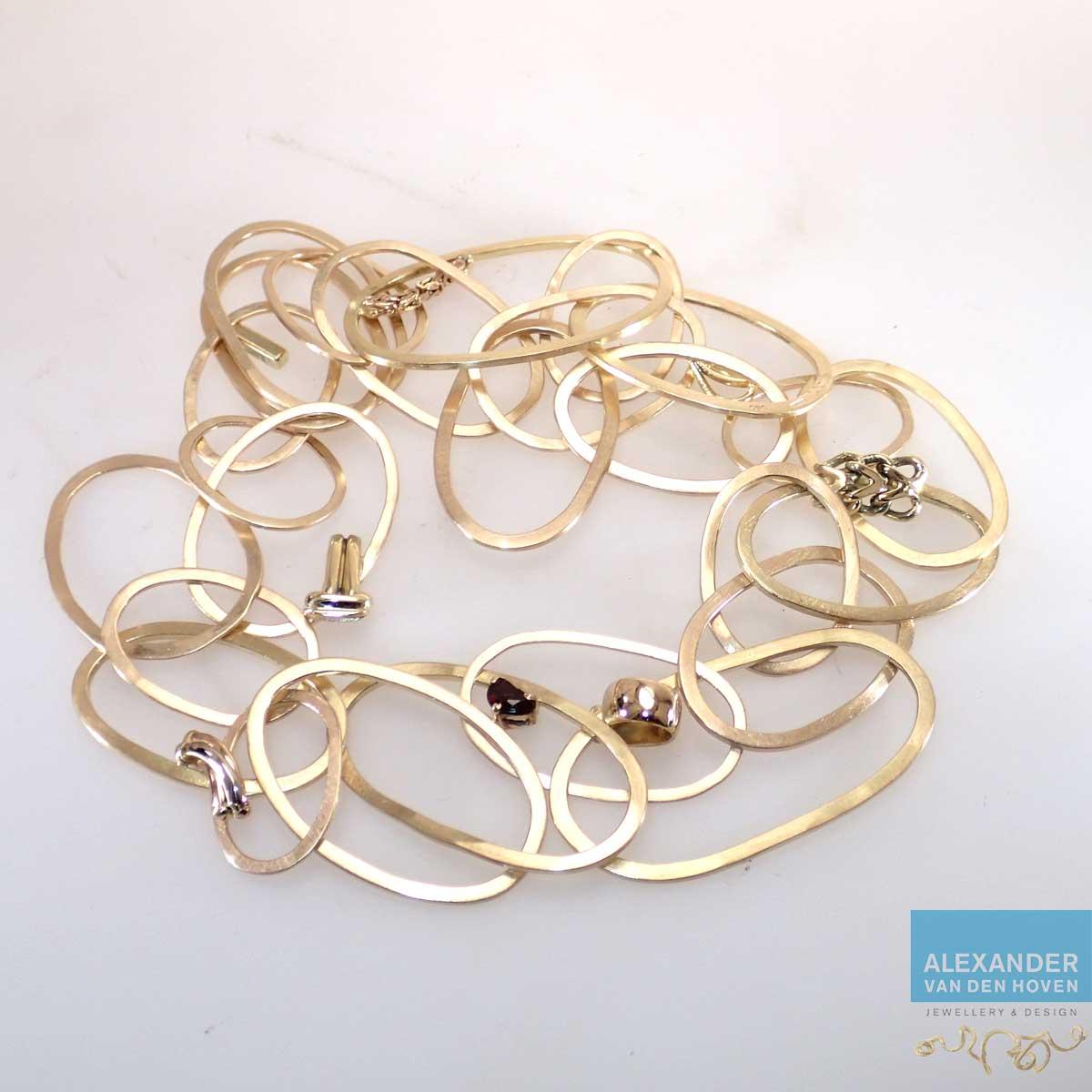 Matgouden collier gemaakt van oude sieraden met kleine delen van de sieraden nog herkenbaar aan de schakels