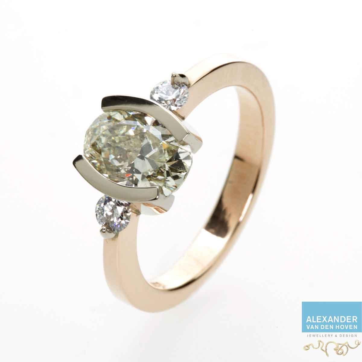 Gouden Solitair Diamant ring, ovale briljant en 2 rond briljanten
