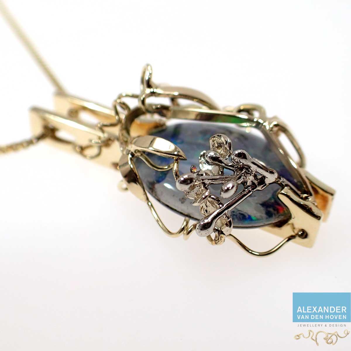 hangertje-met-opaal-en-lathyrus-takje