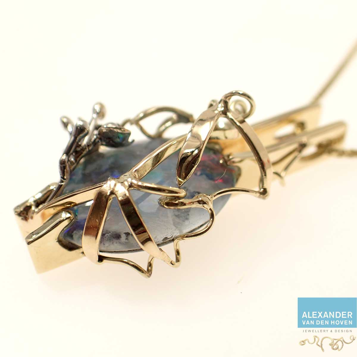 hangertje-met-opaal-triplet-lathyrus-takje