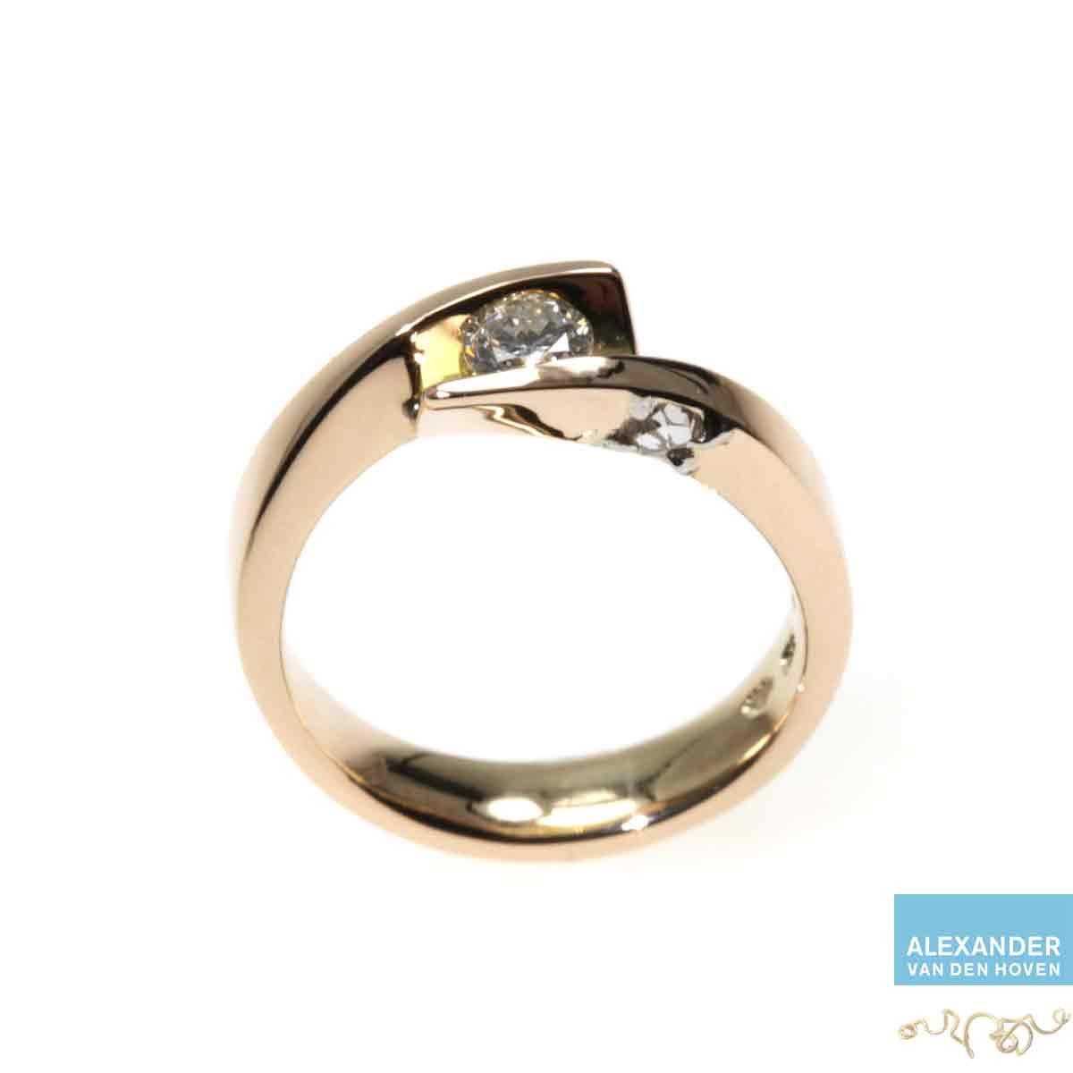Gouden-smeedring-Diamant-briljant