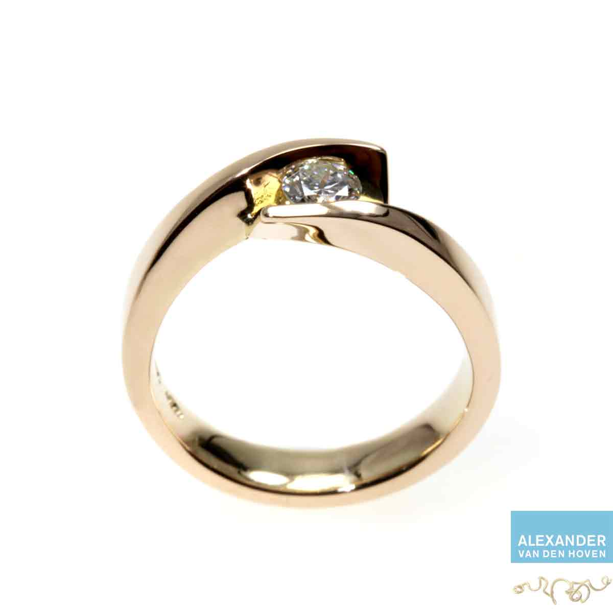 Gouden-smeedring-Diamant