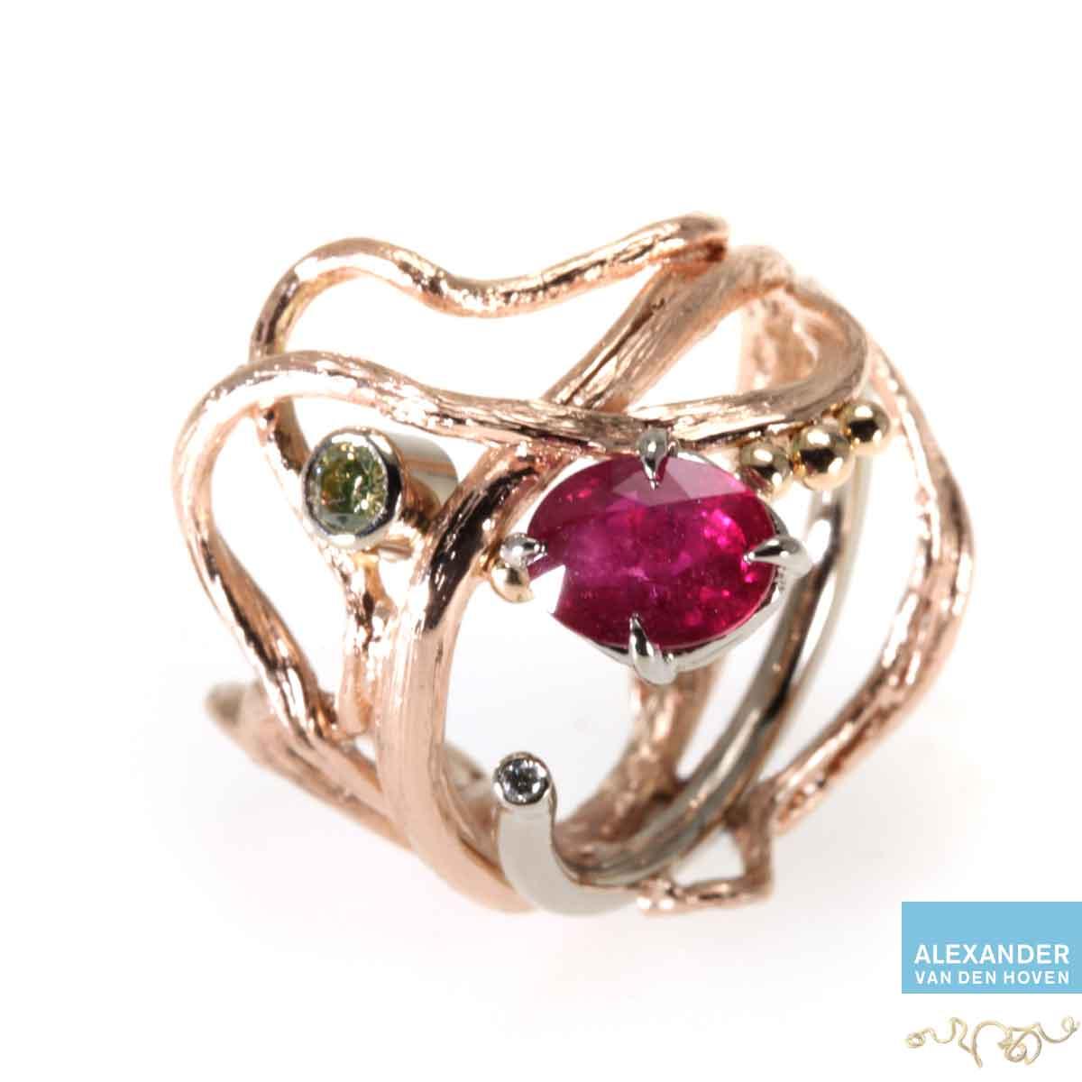 Gouden ri ng met Robijn en Diamanten