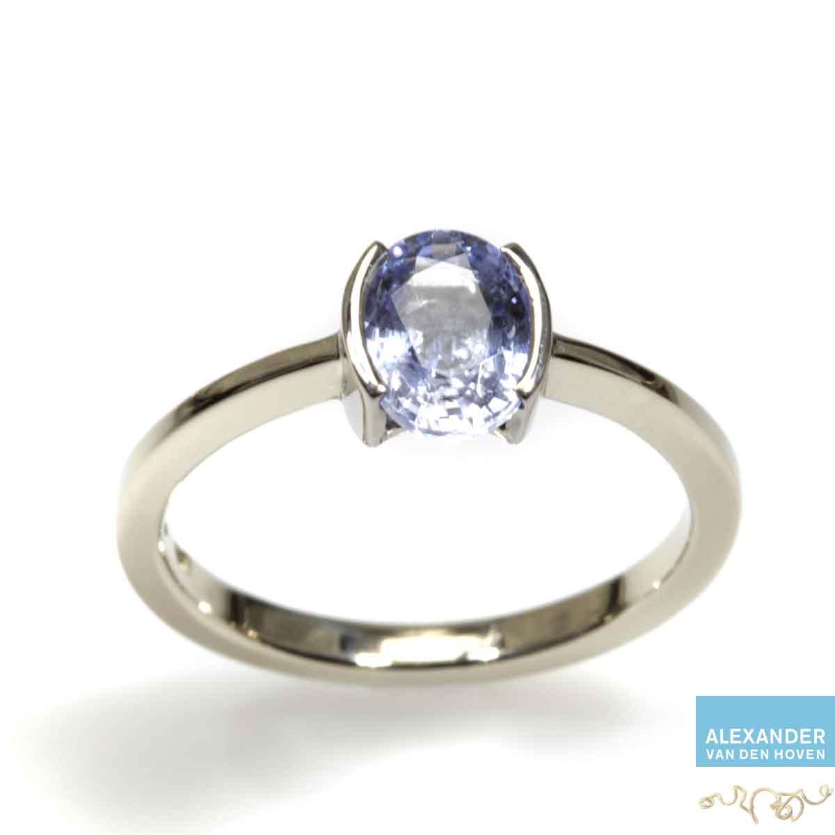 Gouden-ring-blauwe-Saffier-ook-in-platina