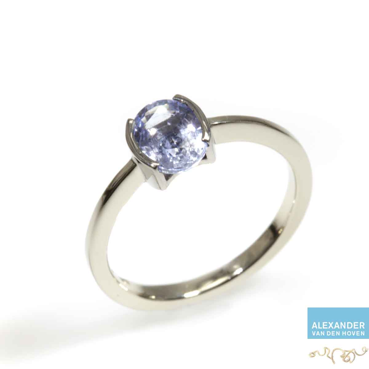 Witgouden-ring-blauwe-Saffier-ook-in-platina