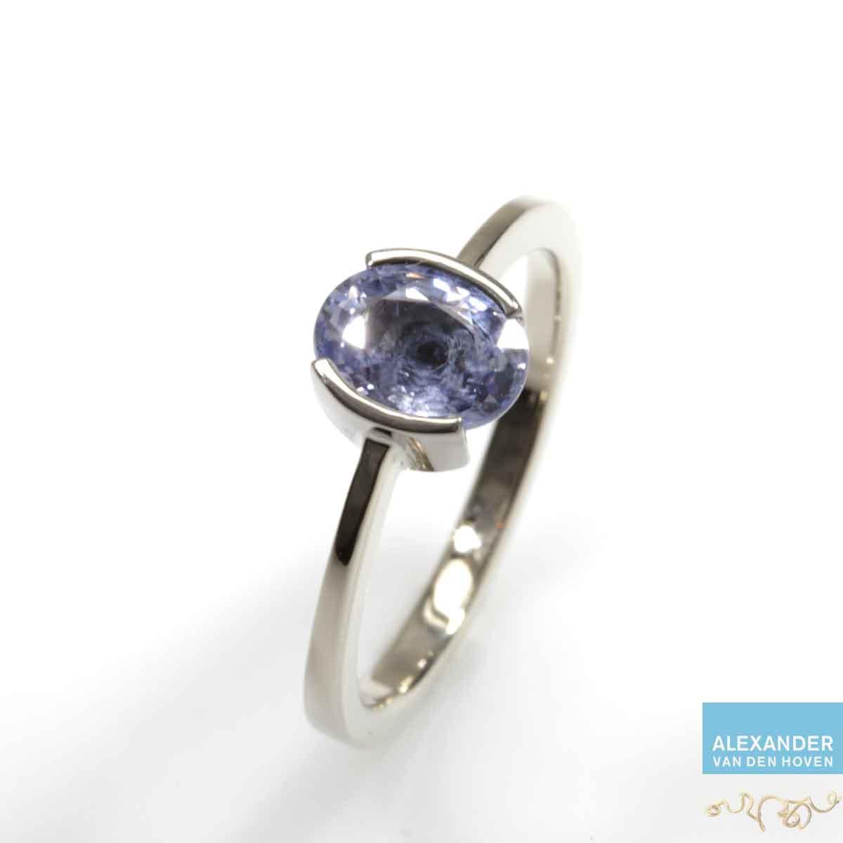 Witgouden-ring-blauwe-Saffier