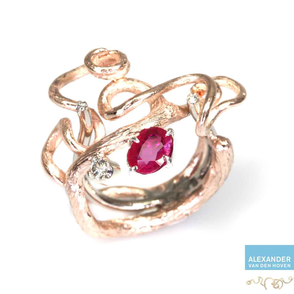 roodgouden-ring-takje-robijn-diamanten-briljant-handwerk