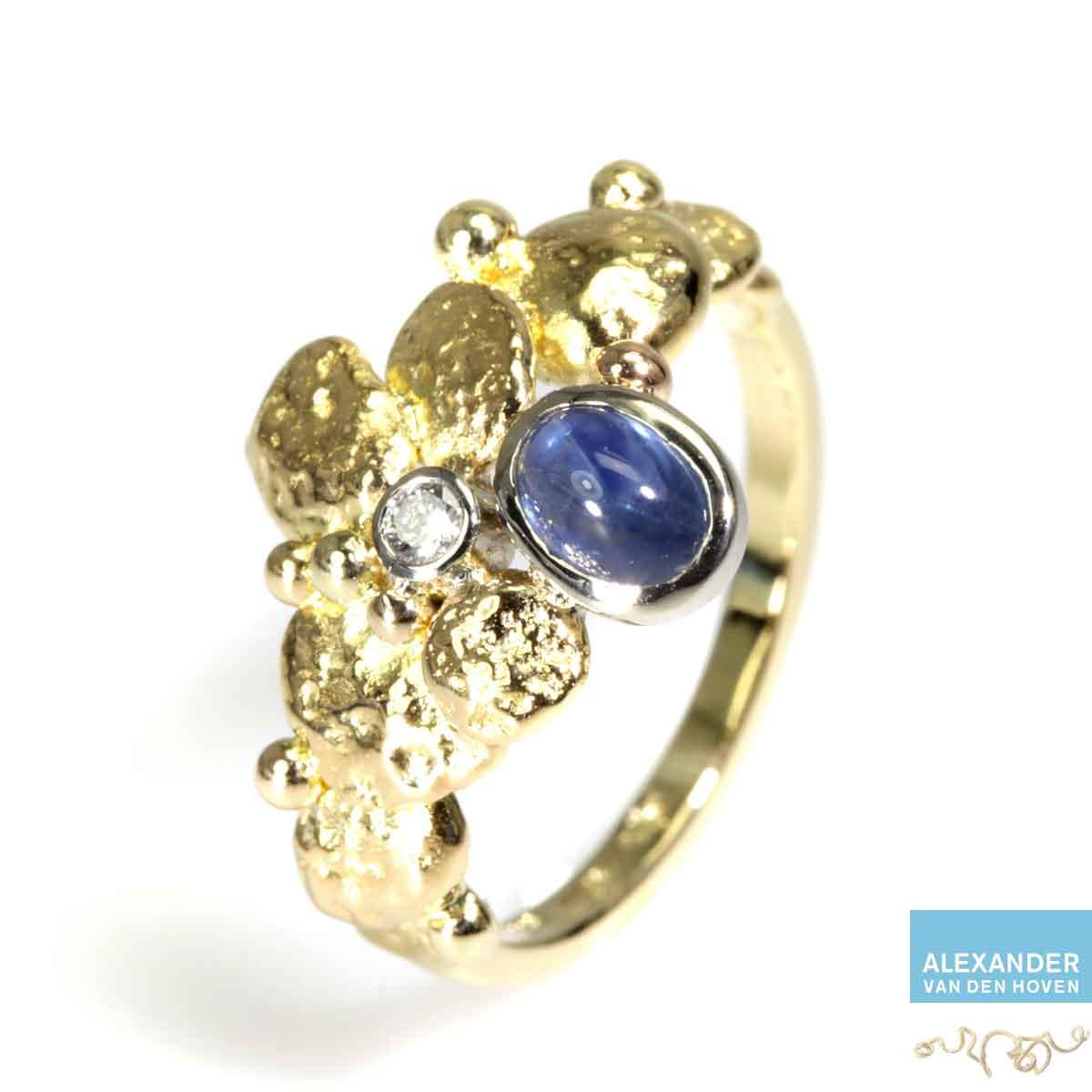 gouden-ring-saffier-bol-diamant-grillig-granules