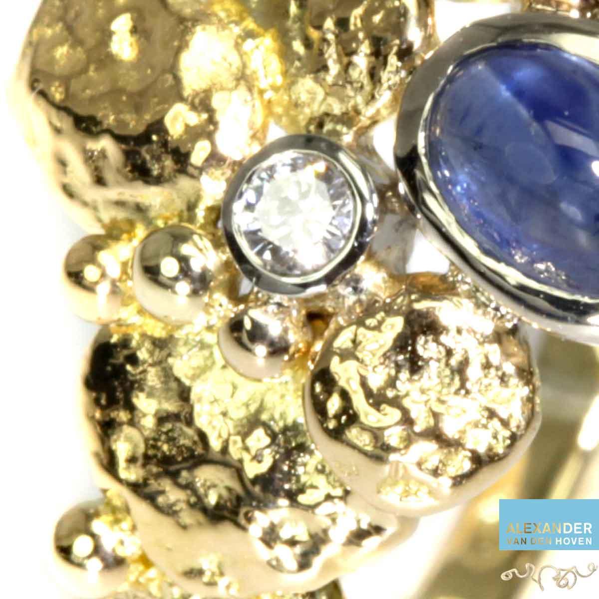 gouden-ring-saffier-diamant-grillig-granules