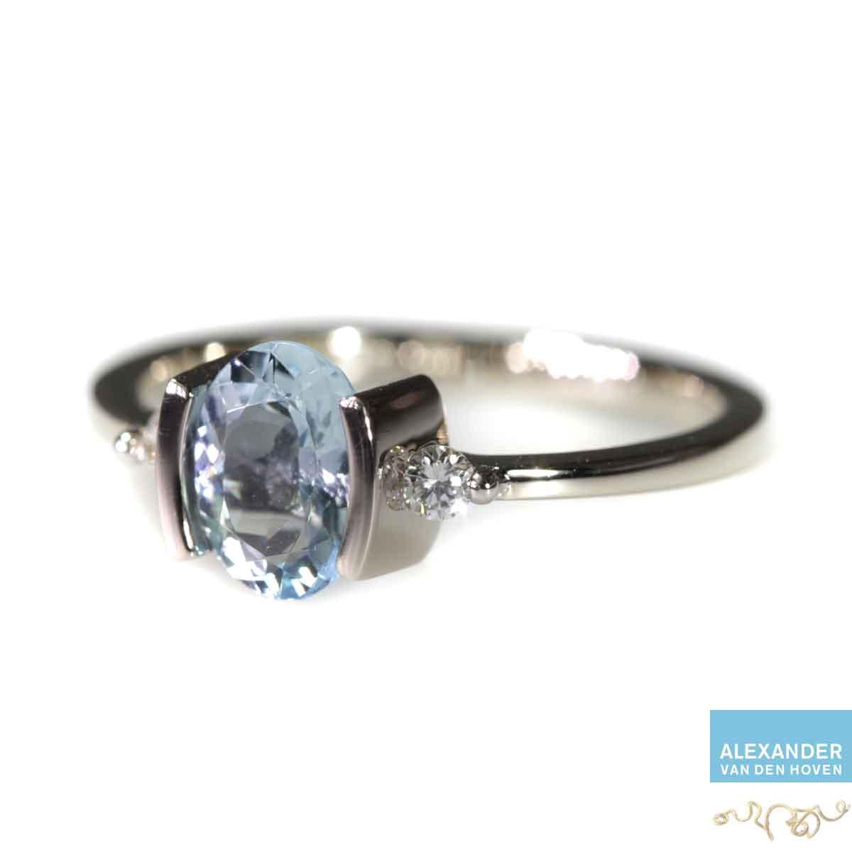 witgouden ring met aquamarijn en diamanten briljant geslepen platina